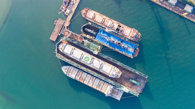 Vista aérea de un astillero reparando