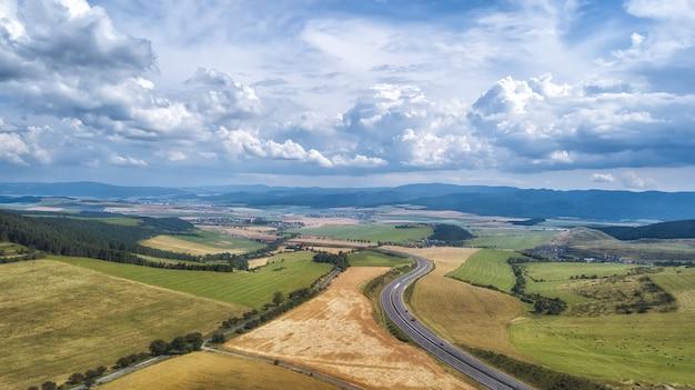 Vista aérea de una autopista alemana corriendo hacia el horizonte