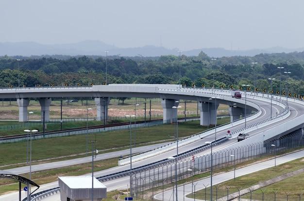 Vista aérea de la autopista moderna y paso elevado. concepto de descarga de la red de carreteras de la ciudad.