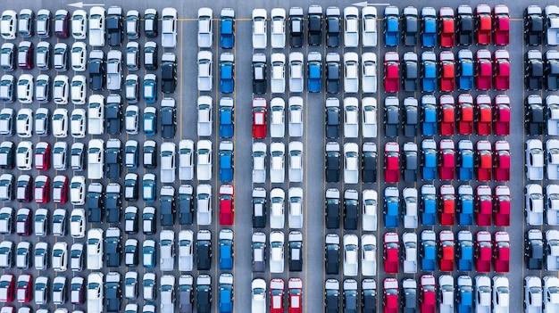 Vista aérea de autos nuevos para la venta de la fila de lotes de inventario, inventario de distribuidores de automóviles nuevos, importación, exportación, negocios, logística, grobal.