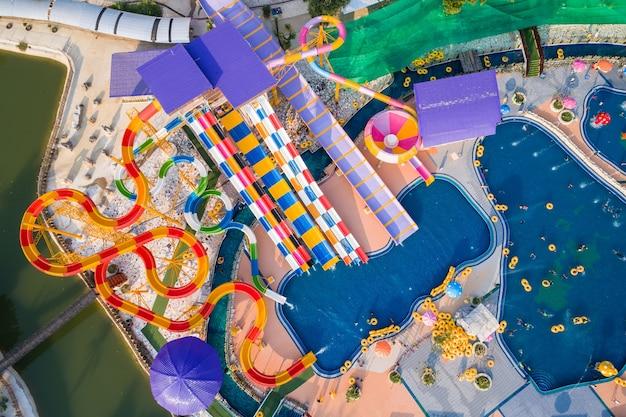 Vista aérea del avión no tripulado volador del parque acuático en phitsanulok