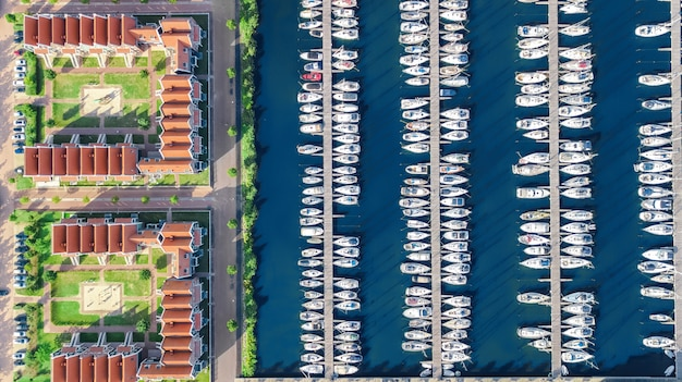 Vista aérea de aviones no tripulados de casas holandesas modernas típicas y puerto deportivo en el puerto desde arriba, arquitectura del puerto de la ciudad de volendam, holanda septentrional, países bajos