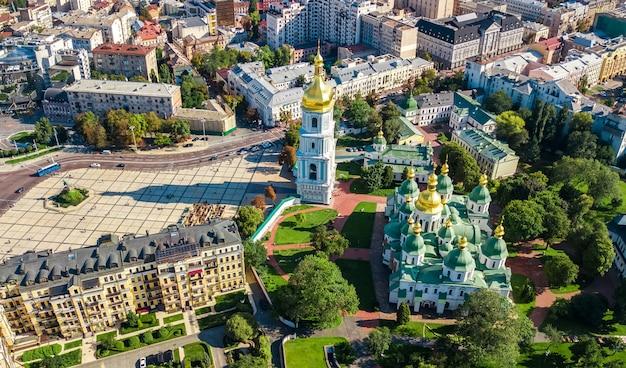 Vista aérea de aviones no tripulados de la catedral de santa sofía y el horizonte de la ciudad de kiev desde arriba, el paisaje urbano de kiev, capital de ucrania