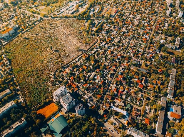 Vista aérea de aviones no tripulados de la hermosa ciudad verde al atardecer