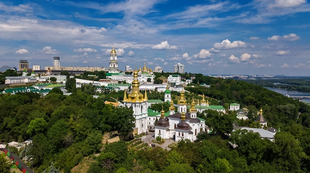 Vista aérea de aviones no tripulados de kiev pechersk lavra iglesias en las colinas desde arriba, paisaje urbano de la ciudad de kiev, ucrania