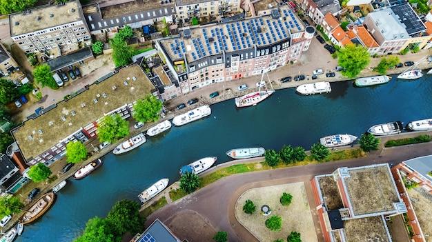 Vista aérea de aviones no tripulados del paisaje urbano de la ciudad de delft desde arriba, típico horizonte de la ciudad holandesa con canales y casas, holanda, países bajos