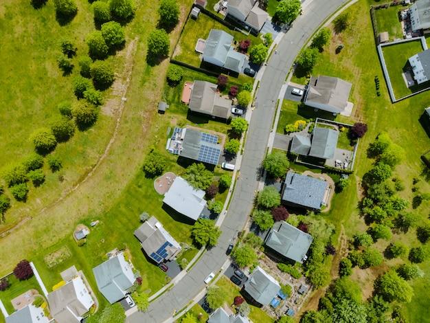 Vista aérea de aviones no tripulados de la zona residencial de la pequeña ciudad con brooklyn, nueva york, ny