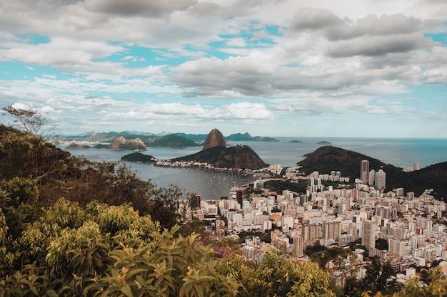 Vista aérea de la bahía de guanabara en río de janeiro, brasil