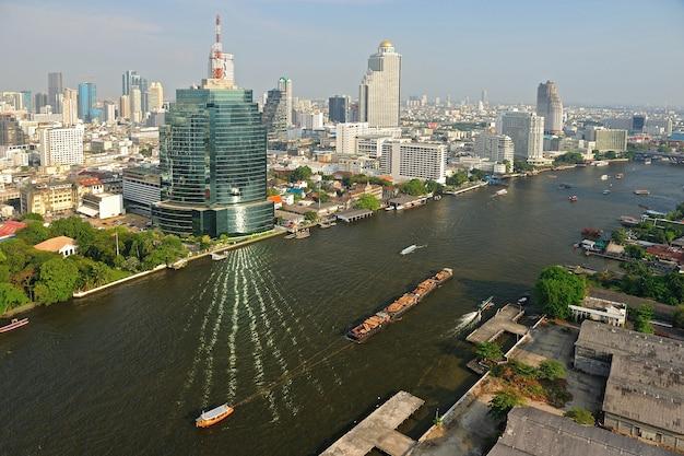 Vista aérea de bangkok con el río chao phraya, tailandia.