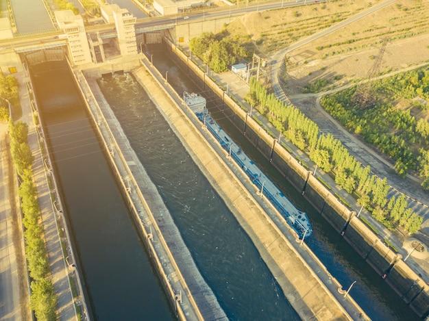 Vista aérea de la barcaza en el río en el muelle de entrada.