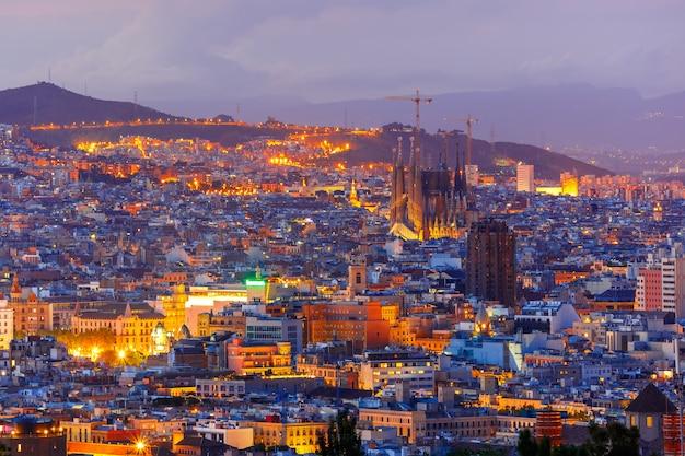 Vista aérea de barcelona por la noche, cataluña, españa