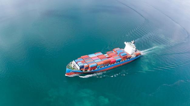 Vista aérea del barco de contenedores de carga que navega en el tanque de carga de importación y exportación de océano a c