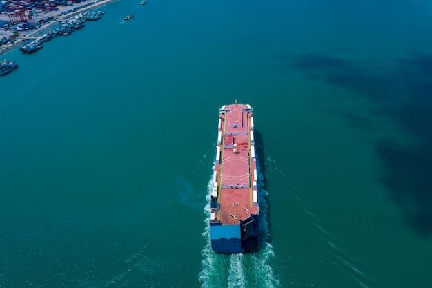 Vista aérea del barco roro cargando autos nuevos portacontenedores automotrices navegando en el mar exportar comercio internacional