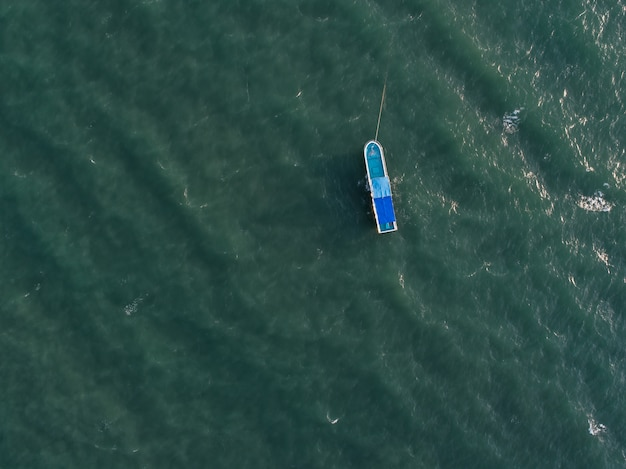 Vista aérea del barco de vacaciones en el océano azul