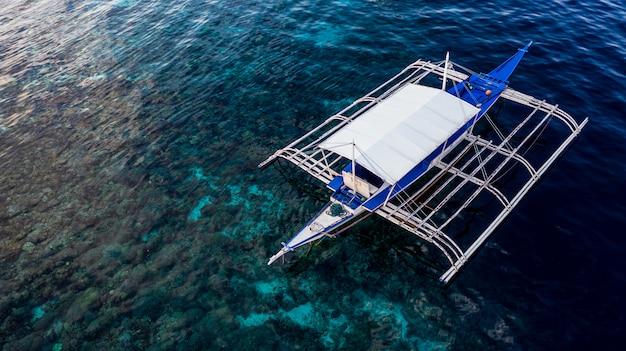 Vista aérea de los barcos tradicionales de filipinas en los arrecifes de coral