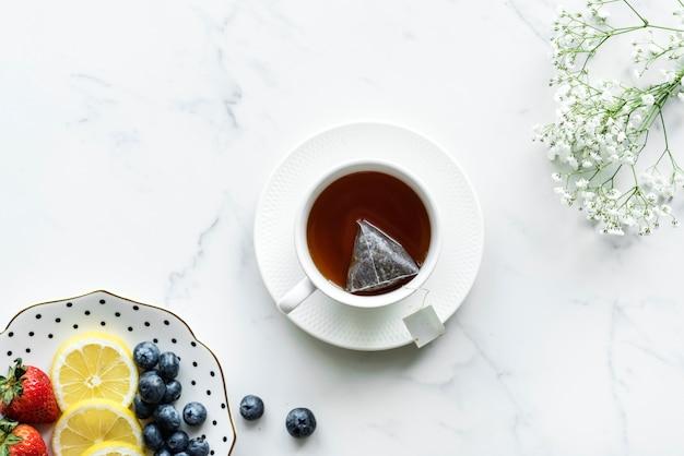 Vista aérea de bebida de té caliente y frutas