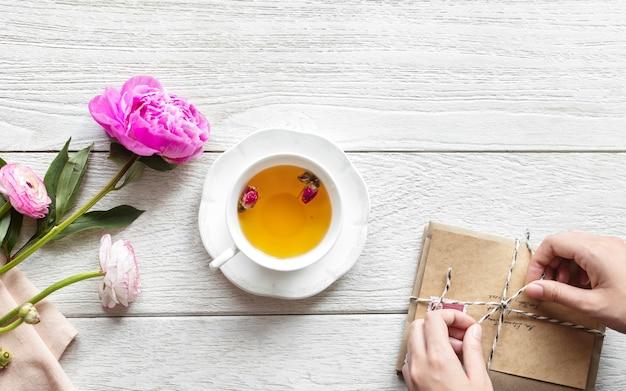 Vista aérea de la bebida de té caliente y un paquete vintage