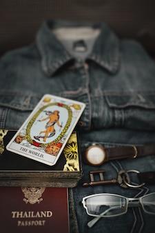 Vista aérea de blue jeans y accesorios, significado del mundo (carta del tarot).