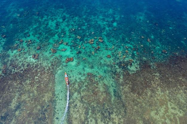 Vista aérea de botes de cola larga en el mar en la isla de koh tao, tailandia
