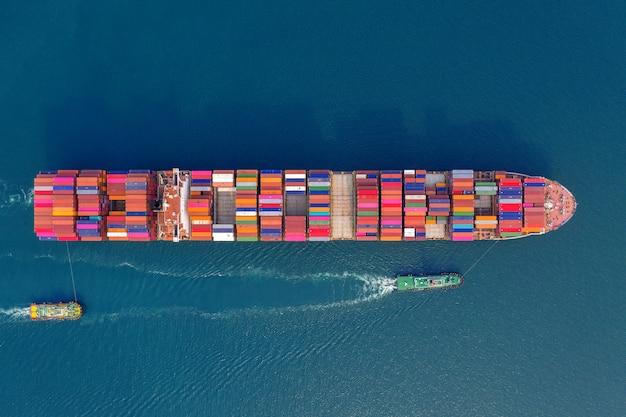Vista aérea del buque de carga de contenedores en el mar.