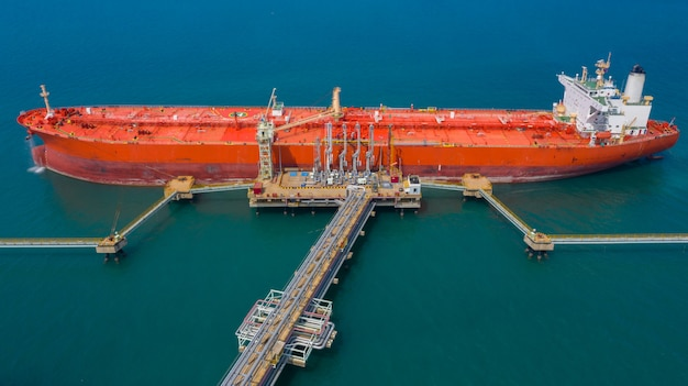 Vista aérea del buque petrolero, buque petrolero rojo.