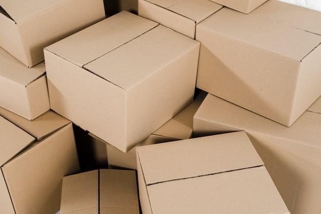 Vista aérea de cajas de cartón cerradas.