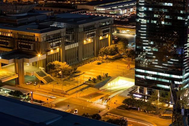 Vista aérea de calles y edificio de oficinas en el distrito de negocios