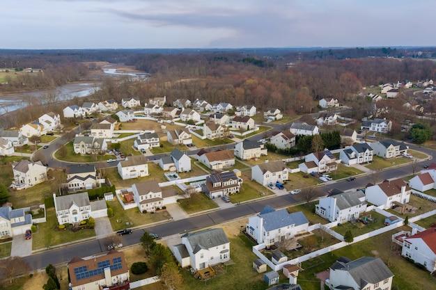 Vista aérea de las calles residenciales de un pequeño pueblo de estados unidos