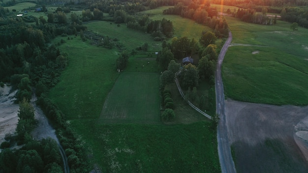 Vista aérea del campo y la carretera.