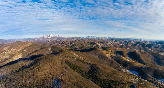 Vista aérea de campo de invierno con nieve