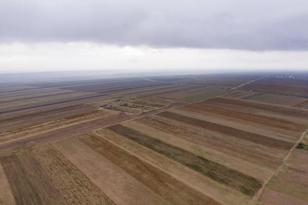 Vista aérea de campos agrícolas.