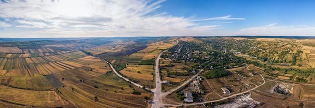 Vista aérea de los campos de la aldea con cruce de caminos.