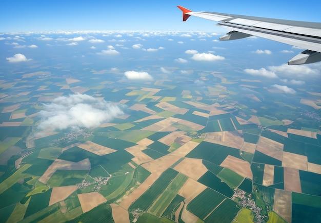 Vista aérea de campos verdes