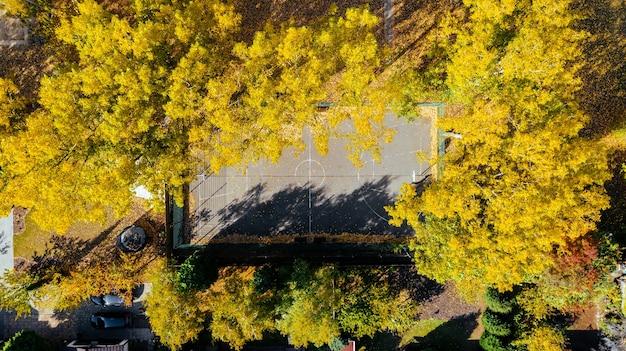 Vista aérea de una cancha de baloncesto cancha de baloncesto en otoño