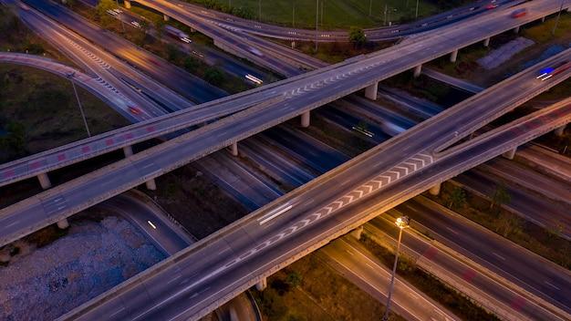 Vista aérea de la carretera de circunvalación e intercambio que conecta la ciudad por la noche