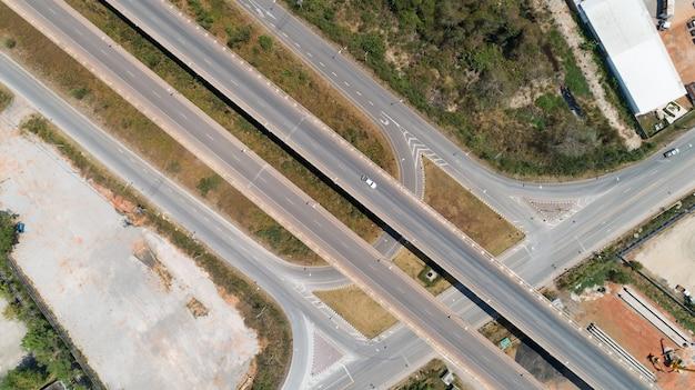 Vista aérea de la carretera de cruce de la ciudad de transporte por carretera con el coche en la intersección de la carretera