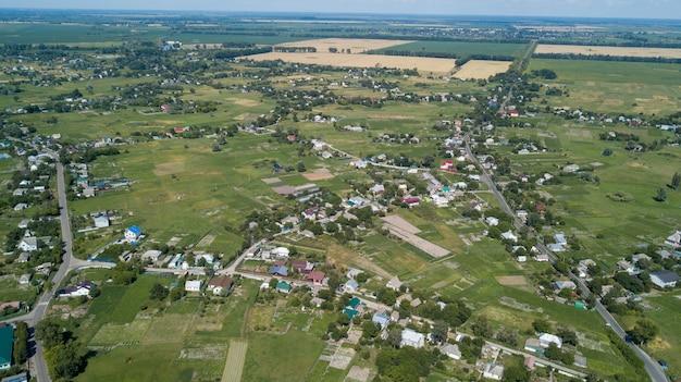 Vista aérea de una casa en un pintoresco paisaje de colinas en un día soleado