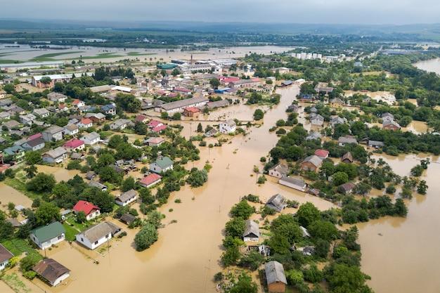 Vista aérea de casas inundadas con agua sucia del río dnister en la ciudad de halych, ucrania occidental.