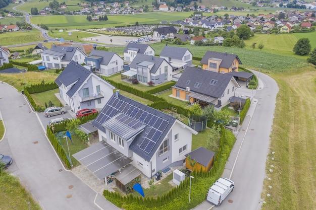 Vista aérea de casas particulares con paneles solares en los techos.