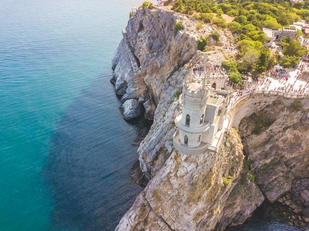 Vista aérea del castillo de nido de golondrina al borde de la montaña de roca cerca de la costa del mar en crimea