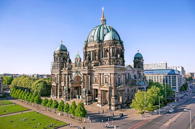 Vista aérea de la catedral de berlín (berliner dom) en berlín, alemania
