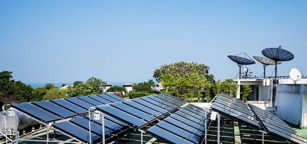Vista aérea de las células solares en el techo.