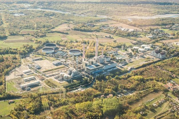 Vista aérea de la central eléctrica en italia. fábrica en zona industrial.