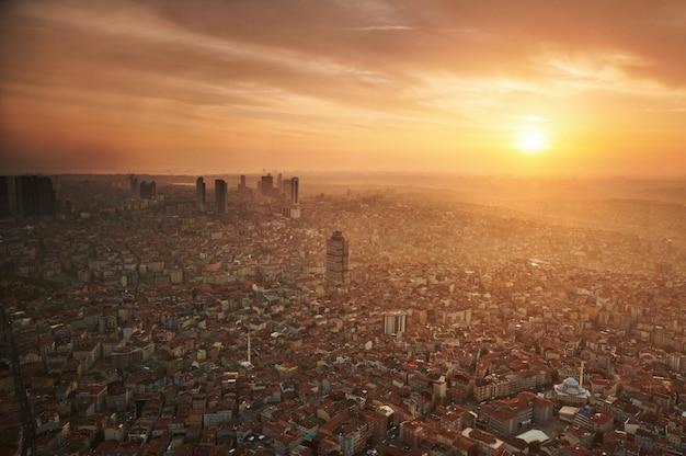 Vista aérea del centro de la ciudad de estambul con rascacielos al atardecer