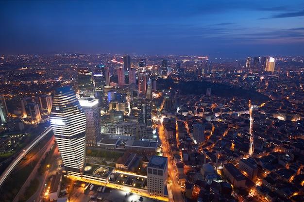 Vista aérea del centro de la ciudad de estambul con rascacielos en la noche