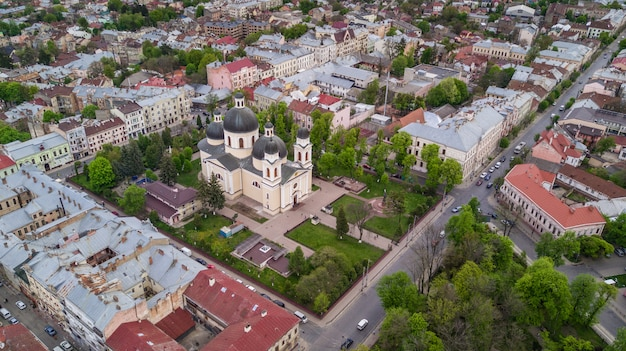 Vista aérea del centro histórico de la ciudad de chernivtsi desde arriba de ucrania occidental.