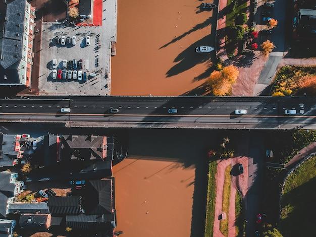 Vista aérea del centro histórico de la ciudad, el puente del camino sobre el río porvoonjoki