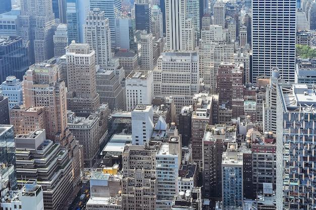 Vista aérea cercana de edificios abarrotados en la ciudad de nueva york en un día soleado. concepto de construcción, ciudades abarrotadas y alquiler de apartamentos. nueva york, estados unidos.