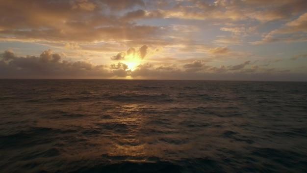 Vista aérea cercana de las olas del agua cerca de strand en la isla de mauricio del océano índico