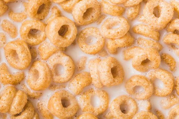 Vista aérea de cereales integrales en la leche